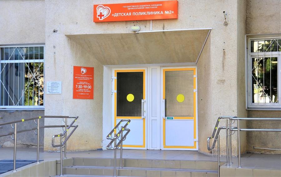 ForPost - Новости : Поликлиника в Севастополе забита людьми из-за тестов на COVID