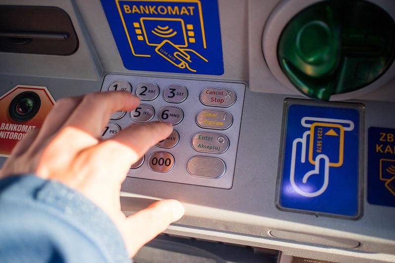 ForPost - Новости : Гости Крыма возмущены комиссией с банковских карт