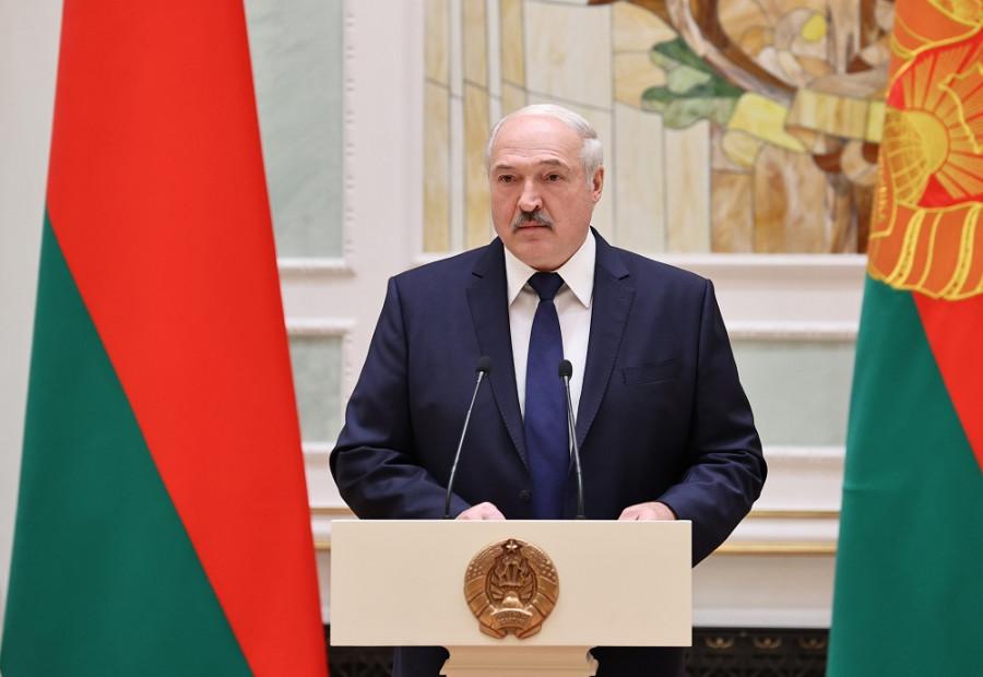 ForPost - Новости : Лукашенко с дубиной: поступок президента сравнили с крестьянской смекалкой