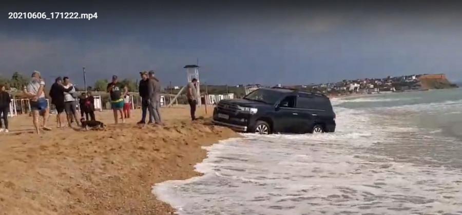 ForPost - Новости : Море наказало внедорожник за «покатушки» по севастопольскому пляжу