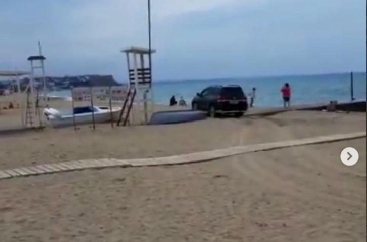 ForPost - Новости : В Севастополе по пляжу катается внедорожник