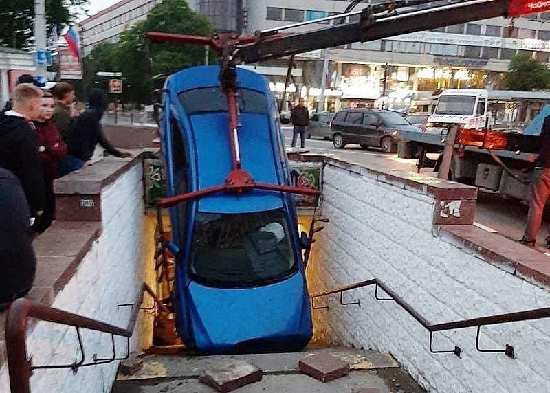 ForPost - Новости : Странные ДТП в Крыму: легковушка провалилась в подземный переход, и бусик намотало на светофор