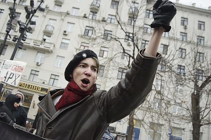 ForPost - Новости : Скандальный активист выстрелил себе в голову на Красной площади. Видео