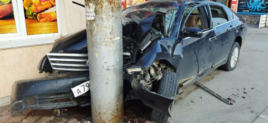 ForPost - Новости : В Севастополе автомобиль таранил магазин и столб
