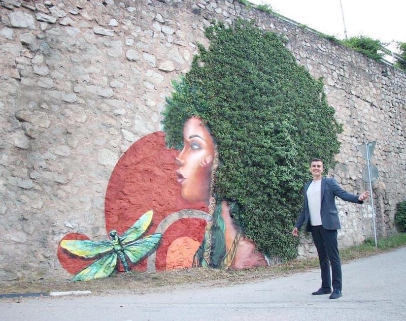 ForPost - Новости : В Крыму растения превратили в граффити на подпорных стенах