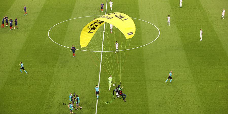 ForPost - Новости : Из-за парапланериста-неудачника на матче чемпионата Европы пострадали люди. Видео