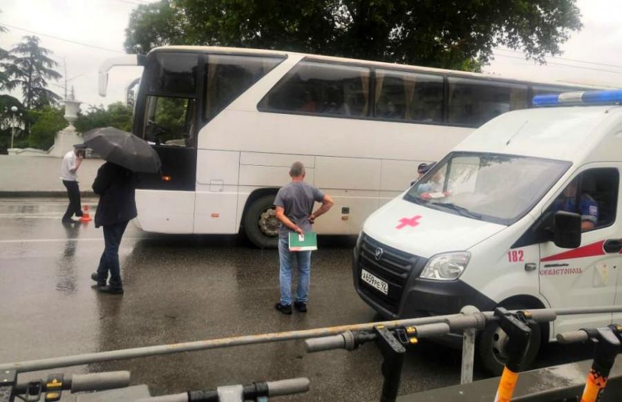 ForPost - Новости : Туристический автобус сбил девушку на пешеходном переходе в центре Севастополя