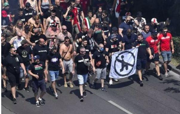 ForPost - Новости : Венгерские фанаты показали баннер против преклонения колена на Евро-2020