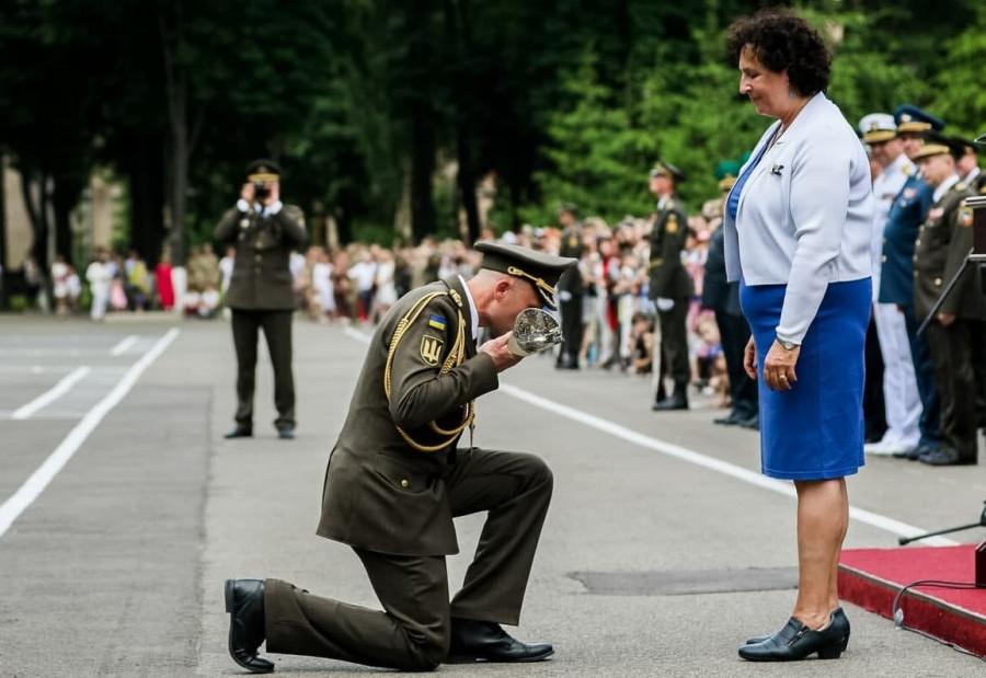 ForPost - Новости : «Какое позорище»: Офицер ВСУ встал на колени перед послом Великобритании