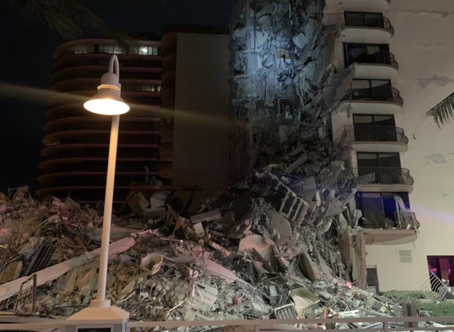 ForPost - Новости : В США обрушилась жилая многоэтажка, момент падения попал на видео