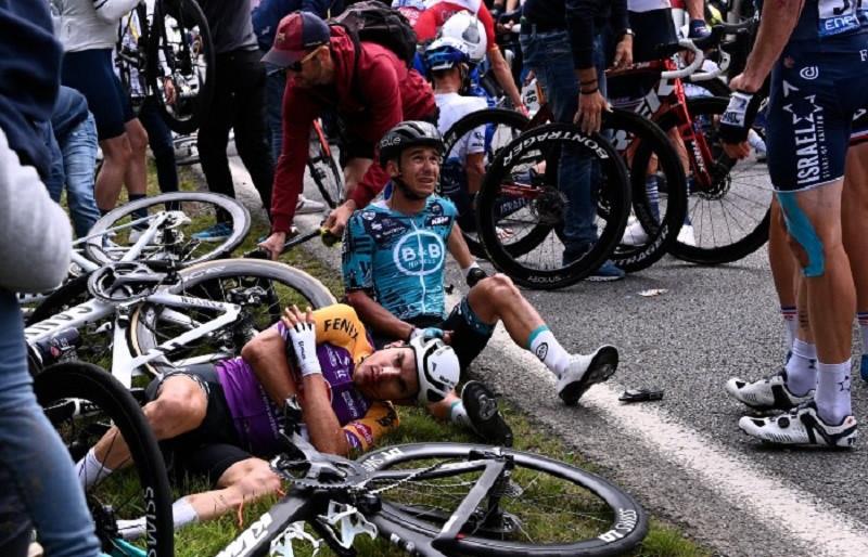 ForPost - Новости : На «Тур де Франс» из-за болельщицы множество гонщиков переломали кости. Видео