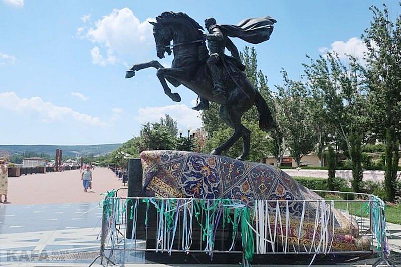 ForPost - Новости : Опасный памятник на крымской набережной завесили ленточками