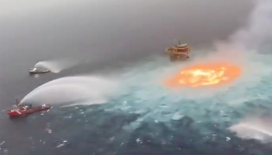 ForPost - Новости : В Мексиканском заливе пять часов горело море. Видео