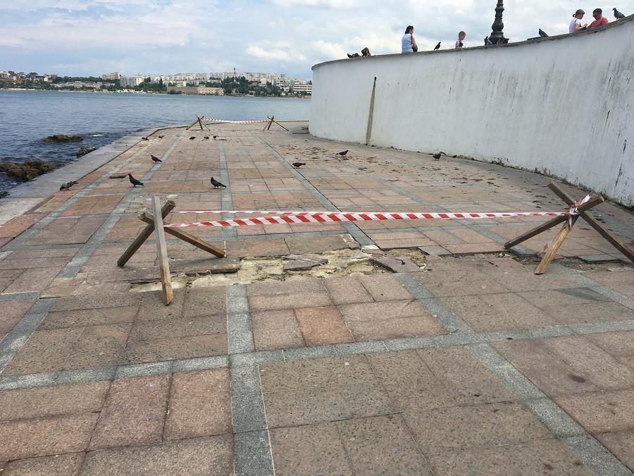 ForPost - Новости : Замена разбитого штормом гранита в Севастополе превратилась в международную спецоперацию