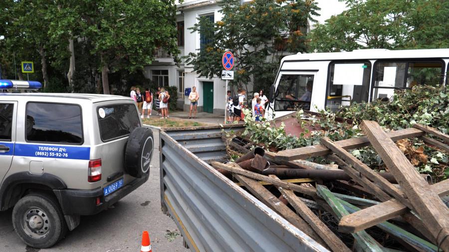 ForPost - Новости : Как в Севастополе сносили ограждение на неучтенной земле