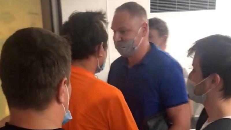 ForPost - Новости : И грянул гром: место в очереди на прививку от ковида отстаивают на кулаках