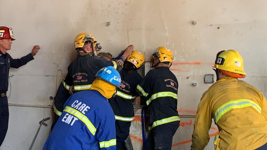 ForPost - Новости : Спасателей удивила голая женщина, застрявшая вверх ногами между зданиями. Видео