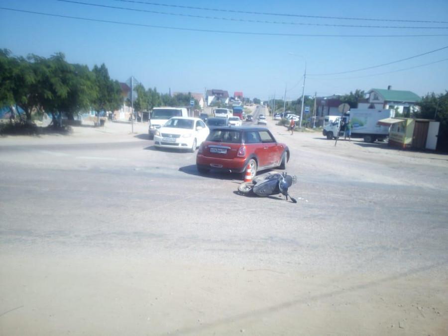 ForPost - Новости : Бесправный байкер с непокрытой головой врезался в автоледи в Севастополе