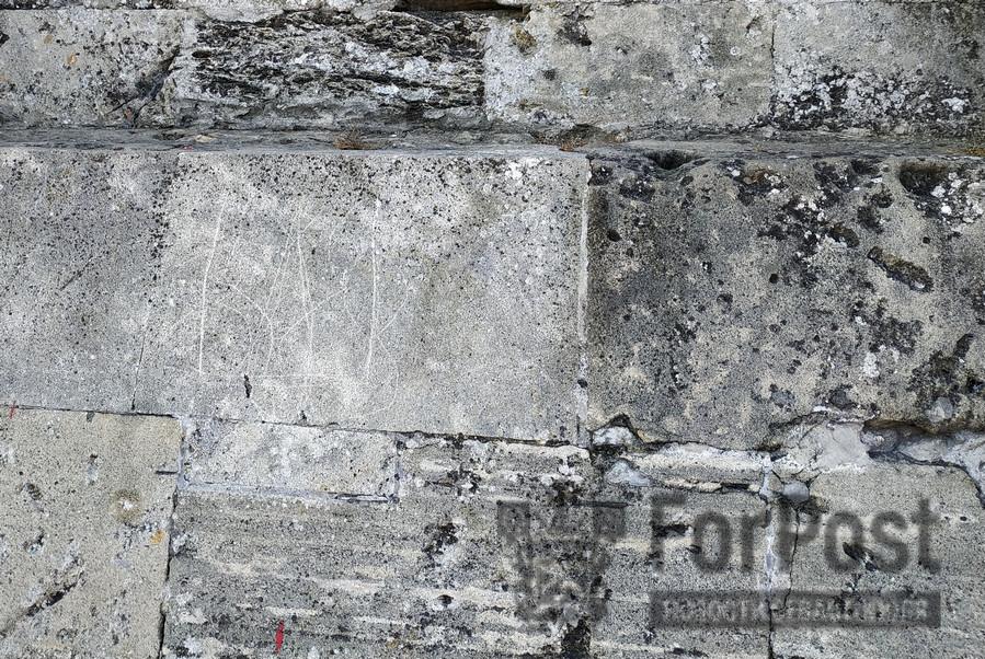 ForPost - Новости : Герб Украины выцарапали напротив памятника Затопленным кораблям в Севастополе