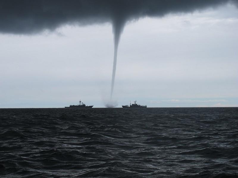 ForPost - Новости : У побережья Севастополя замечены чёрные столбы смерчей