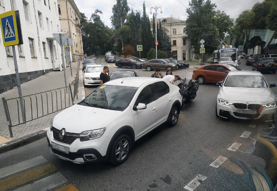 ForPost - Новости : Небольшое ДТП парализовало движение в центре Севастополя