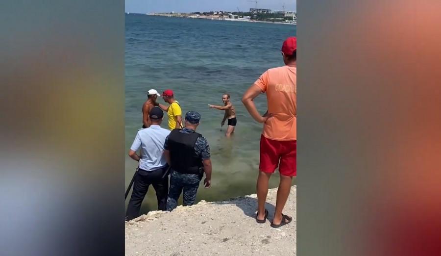 ForPost - Новости : Загорелый мужчина с ножом напугал отдыхающих на пляже Севастополя