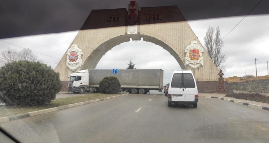 ForPost - Новости : Почему в Севастополе не действуют ограничения на движение большегрузов
