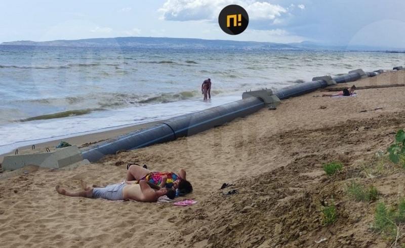 ForPost - Новости : На крымском пляже люди отдыхают рядом с канализационной трубой