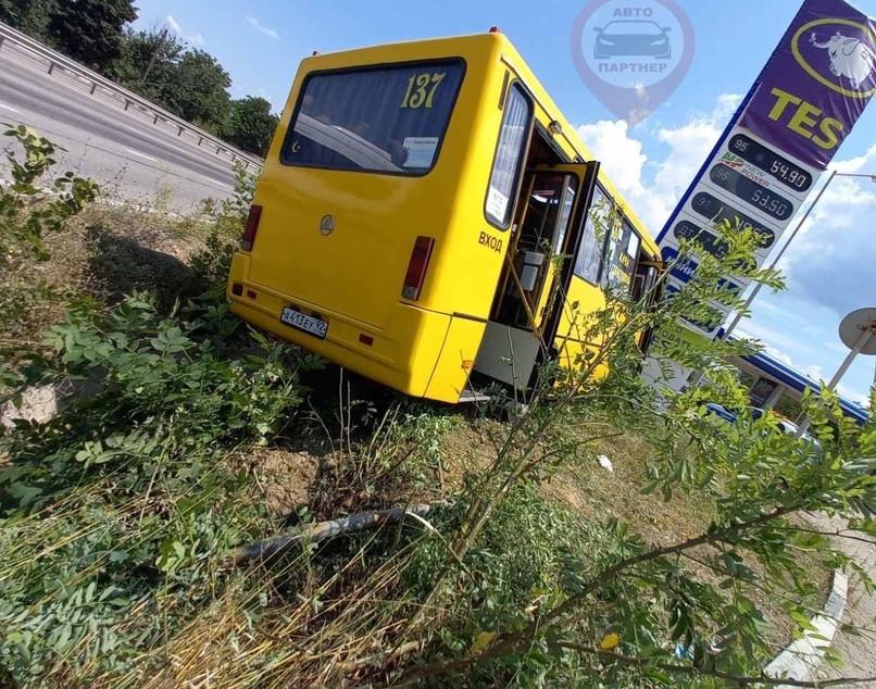 ForPost - Новости : Рейсовый автобус в Севастополе въехал в щит после столкновения с Опелем