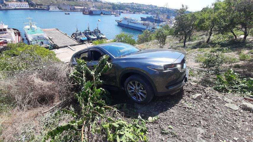 ForPost - Новости : Севастопольца из застрявшего на обрыве автомобиля спас бордюр
