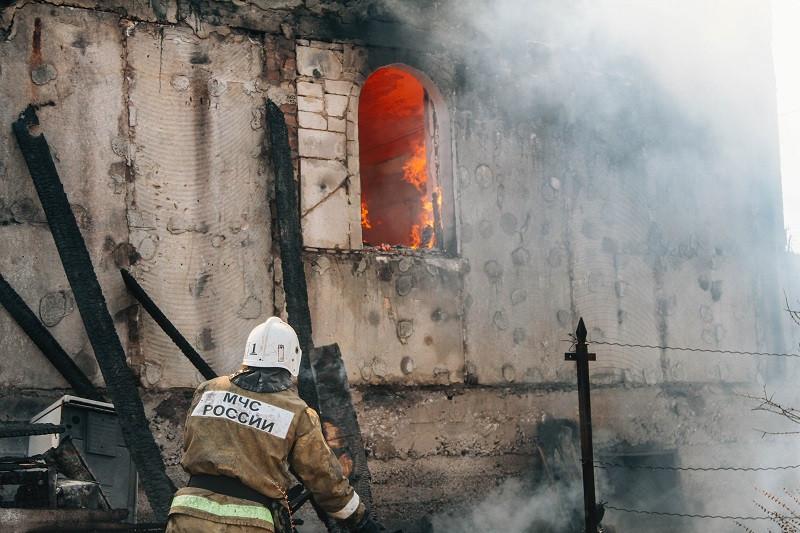ForPost - Новости : В Севастополе в мощном пожаре сгорел недостроенный особняк и чужие машины
