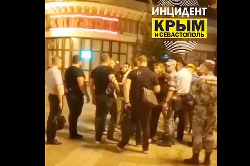 ForPost - Новости : «Отошел со стволом»: массовая драка в центре столицы Крыма попала на видео