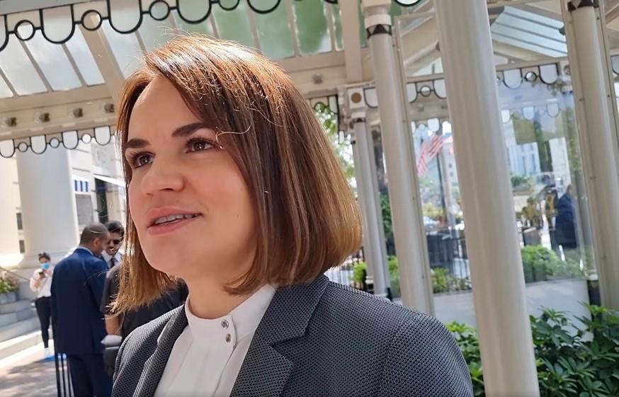 ForPost - Новости : Тихановская оказалась в восторге, что Байден подкормил её печеньками. Видео