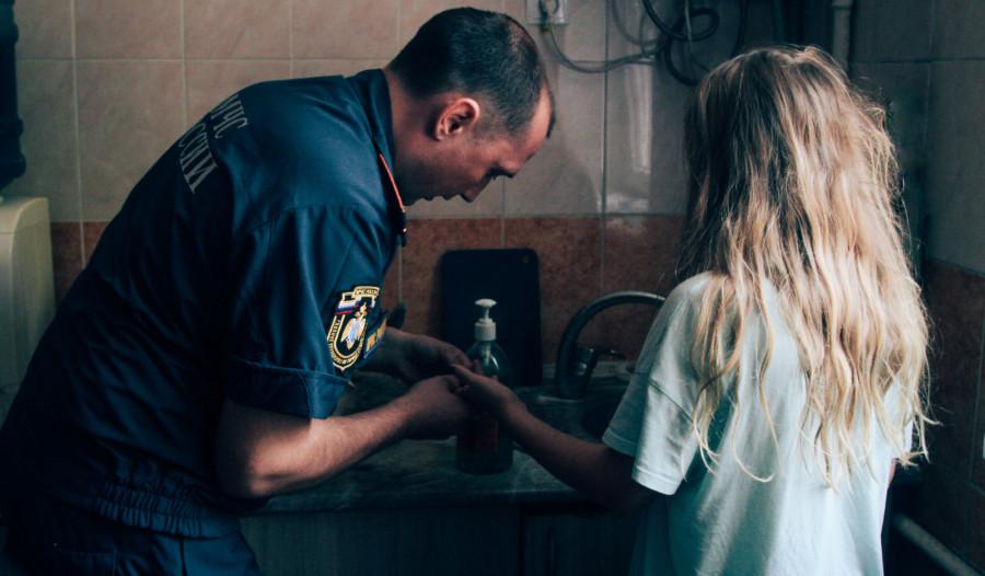 ForPost - Новости : В Севастополе старший брат привел сестру к спасателям за помощью