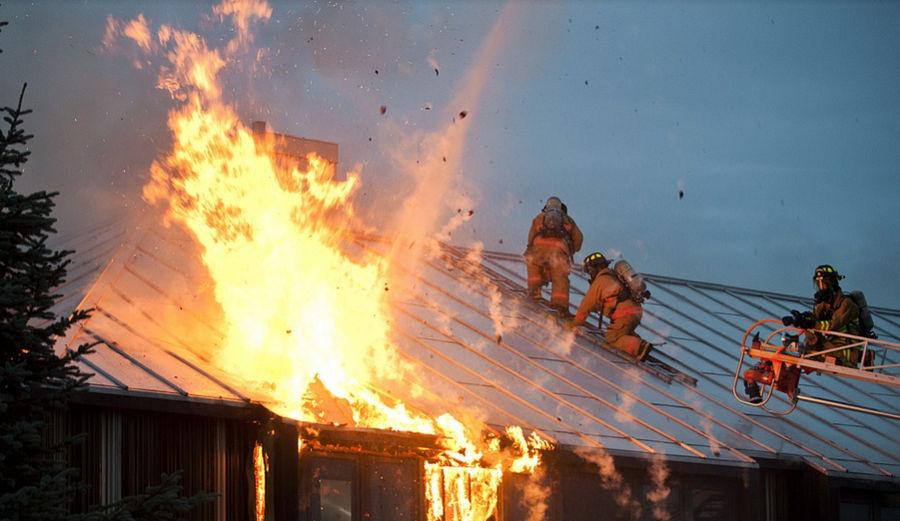 ForPost - Новости : В центральном районе Севастополя сгорело здание заброшенного завода