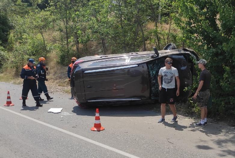 ForPost - Новости : В Севастополе из-за взрыва колеса перевернулся автомобиль