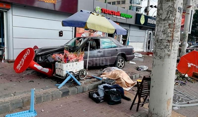ForPost - Новости : «Мерседес» на полном ходу протаранил уличных торговцев. Видео