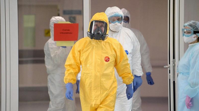 ForPost - Новости : Медикам разрешили снять противочумные костюмы в «красных зонах»
