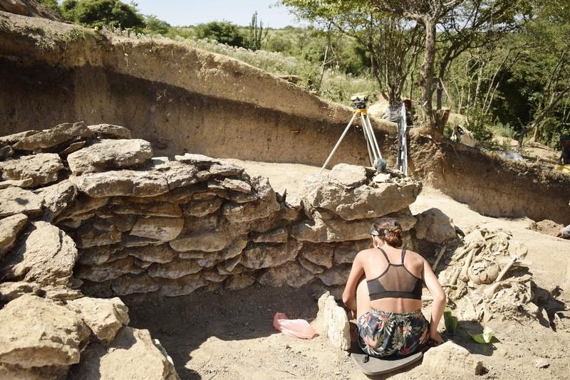 ForPost - Новости : В Крымских горах археологи раскопали необычную каменную гробницу