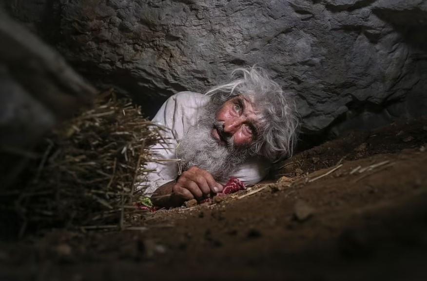 ForPost - Новости : Отшельник, живущий в пещере, узнал о пандемии и вакцинировался