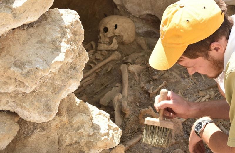 ForPost - Новости : Археологи в горах Крыма раскопали гробницу детей вместе с собаками