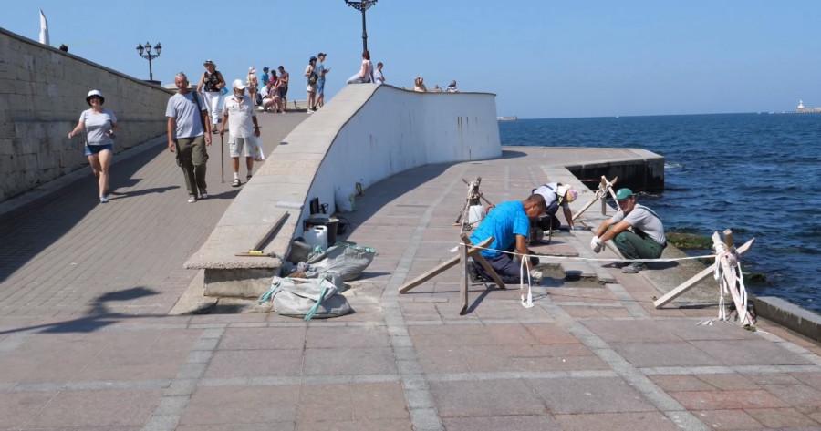 ForPost - Новости : На набережной Севастополя снова стали укладывать плитку