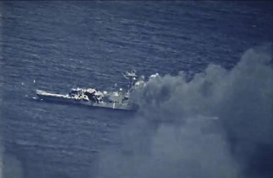 ForPost - Новости : Подпрыгнул и разломился: американские военные уничтожили фрегат. Видео