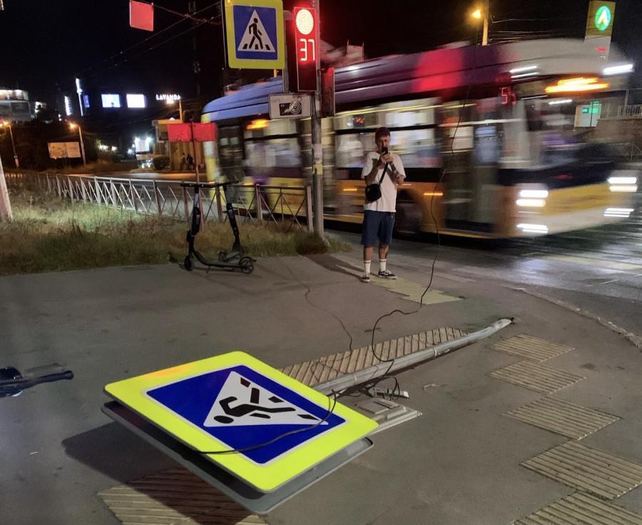 ForPost - Новости : В Севастополе автоледи «положила» дорожный знак
