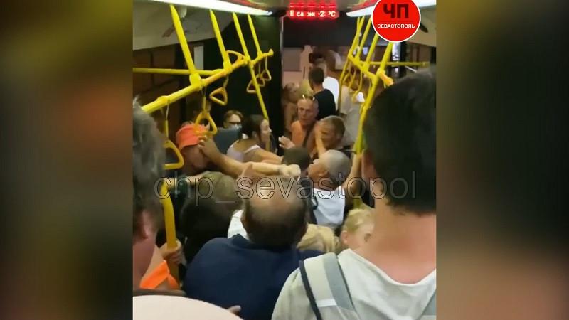 ForPost - Новости : «Я тебя зарежу!». В севастопольском автобусе случилось побоище