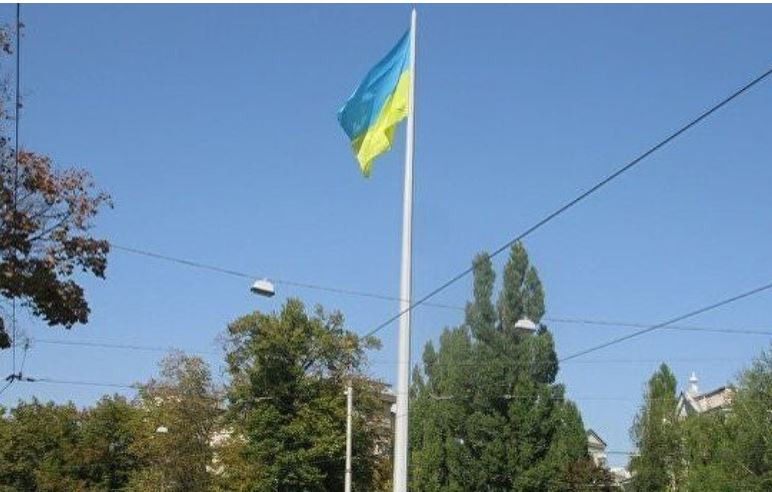 ForPost - Новости : В Харькове в 102-метровый флагшток ударила молния