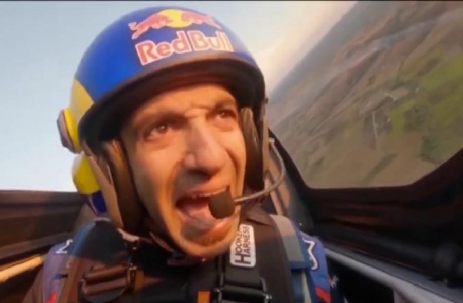 ForPost - Новости : Мужчина впервые в мире пролетел на самолёте через два тоннеля. Видео