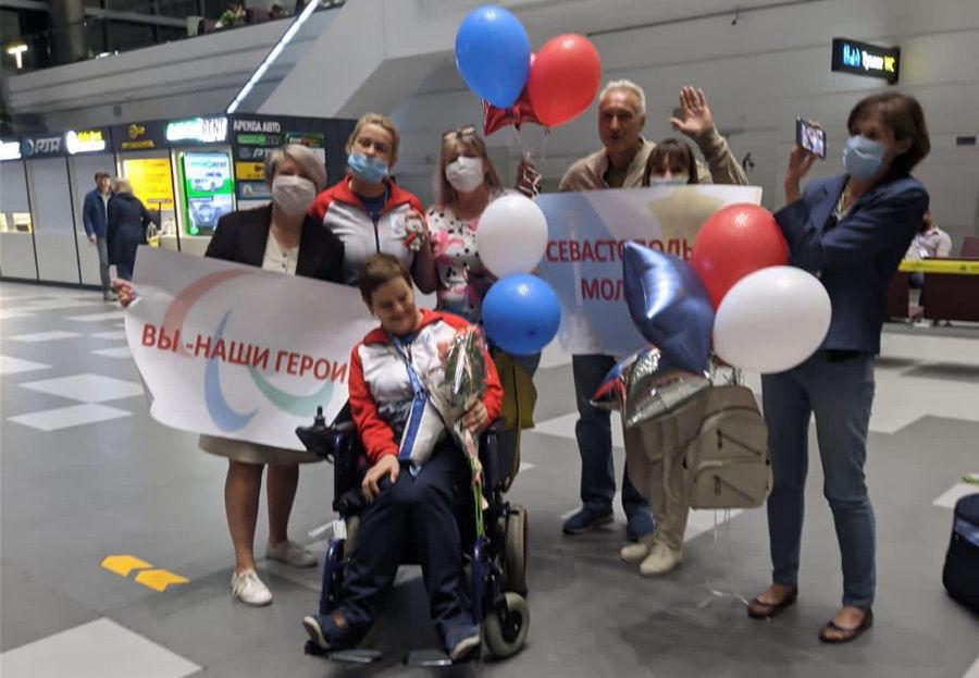 ForPost - Новости : Севастопольскую участницу Паралимпиады встречали в аэропорту с цветами