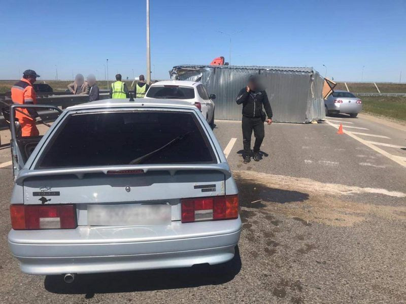 ForPost - Новости : Отцепившийся от манипулятора строительный вагончик чуть не убил человека в Крыму