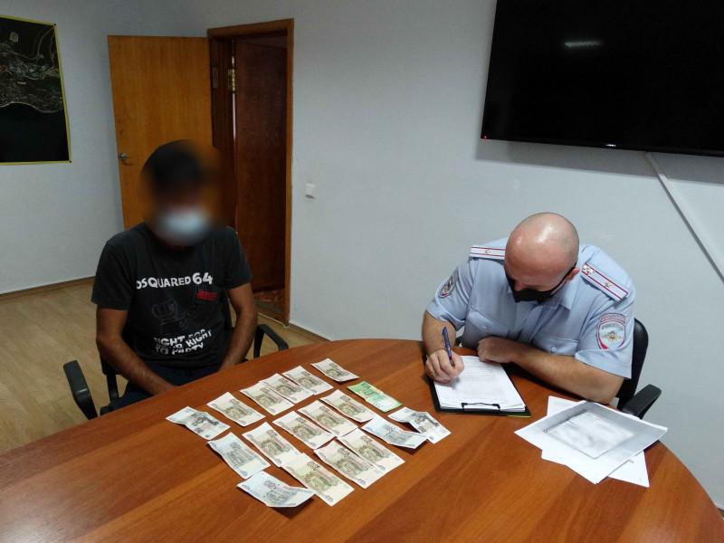 ForPost - Новости : Двое мужчин организовали нелегальную платную стоянку у Ласточкиного гнезда